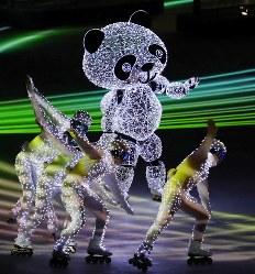閉会式に登場した電飾されたパンダ=平昌五輪スタジアムで2018年2月25日午後9時20分、佐々木順一撮影