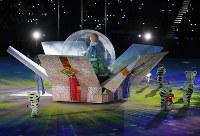 閉会式に登場した巨大スノードーム=平昌五輪スタジアムで2018年2月25日午後9時50分、佐々木順一撮影