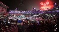 各国の言葉が会場に浮かび上がった閉会式=平昌五輪スタジアムで2018年2月25日午後10時3分、手塚耕一郎撮影