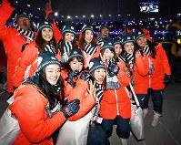閉会式で笑顔を見せるスピードスケートの菊池彩花(前列左から3人目)や佐藤綾乃(同4人目)、スノーボードの竹内智香(右端)ら=平昌五輪スタジアムで2018年2月25日、山崎一輝撮影