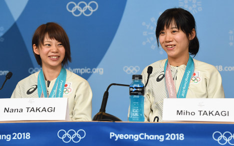 Japanese speed skating Olympic medalists Nana (left) and Miho Takagi speak to reporters in Pyeongchang, South Korea, on Feb. 25, 2018. (Mainichi)