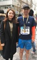 11年間の思いを胸に完走した町田晃一郎さん(右)。長女理花さんも沿道からエールを送った