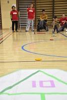 競技を楽しむ参加者=所沢市泉町のこどもと福祉の未来館・体育館で