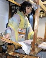 着物姿で機を織る小岩井さん。1反完成させるのに1カ月ほどかかるという=長野県上田市の小岩井紬工房で、銅山智子撮影