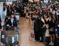 平昌五輪を終えて帰国し、大勢のファンの出迎えを受ける羽生結弦選手=成田空港で2018年2月26日午後3時34分、丸山博撮影