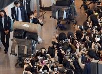 平昌五輪を終えて帰国し、大勢のファンの出迎えを受ける小平奈緒選手=成田空港で2018年2月26日午後3時33分、根岸基弘撮影