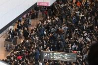 平昌五輪選手団の帰国を出迎えるため、集まった大勢の人たち=成田空港で2018年2月26日午後3時40分、根岸基弘撮影