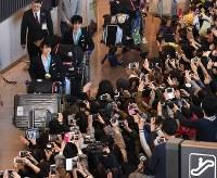 平昌五輪を終えて帰国し、大勢のファンの出迎えを受ける羽生結弦選手(左端)と宇野昌麿選手=成田空港で2018年2月26日午後3時33分、根岸基弘撮影