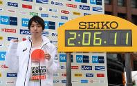 日本記録を更新し、日本人トップの2位でゴールした設楽悠太=東京都千代田区で2018年2月25日(代表撮影)
