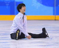 Figure skating star Yuzuru Hanyu laughs during practice for the exhibition skate at the Gangneung Ice Arena in Gangneung, South Korea, on Feb. 22, 2018. (Mainichi)