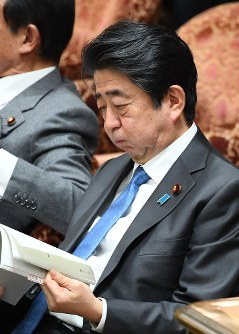Prime Minister Shinzo Abe is seen during a House of Representatives Budget Committee session on Feb. 22, 2018. (Mainichi)