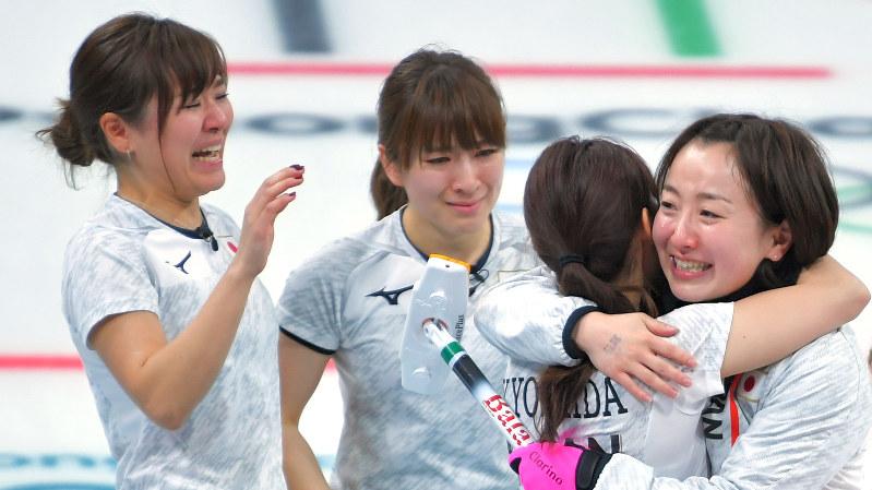 平昌五輪で銅メダルを獲得した日本の女子カーリングチーム=2018年2月24日、手塚耕一郎撮影