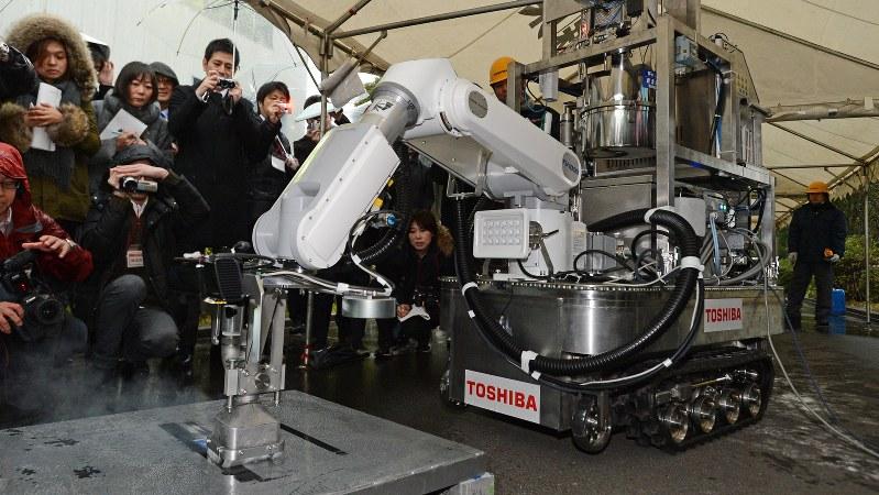 福島第1原発の廃炉作業用に開発され、報道公開された除染装置のデモンストレーション=東芝横浜事業所磯子で2013年2月15日、宮間俊樹撮影