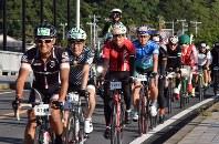 カラフルなウエアで快走する「淡路島ロングライド150」の参加者=兵庫県洲本市で2017年9月18日、登口修撮影