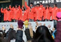帰国報告会で集まった人たちとポーズをとる葛西紀明(左から3人目)、高梨沙羅(同4人目)、原大智(同5人目)ら=東京都港区で2018年2月27日午前10時42分、藤井達也撮影