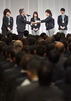 オリンピック特別賞を受け取る小平奈緒主将(右から2人目)=東京都港区で2018年2月27日午前9時53分、藤井達也撮影