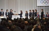 オリンピック特別賞を受け取るカーリング女子の選手たち=東京都港区で2018年2月27日午前10時3分、藤井達也撮影