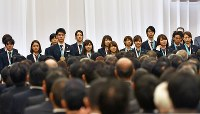 解団式で紹介されるメダリストたち=東京都港区で2018年2月27日午前9時49分、藤井達也撮影