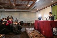 記者会見をする羽生結弦選手(右端)=東京都千代田区の日本記者クラブで2018年2月27日、太田康男撮影