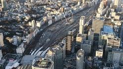 山手線の新駅建設など再開発工事が進む品川駅北側の車両基地跡地=2017年12月9日、宮本明登撮影