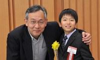 課題図書「干したから…」の著者の森枝卓士さん(左)と、読書感想文に取り上げ毎日新聞社賞を受賞した楽野航世さん