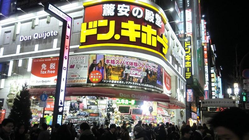 夜も外国人が多く訪れるディスカウントストア、ドン・キホーテ新宿歌舞伎町店=2018年2月5日筆者撮影