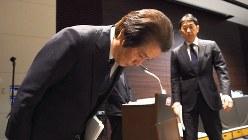 三菱マテリアルの記者会見。手前は竹内章社長=2017年12月28日、丸山博撮影