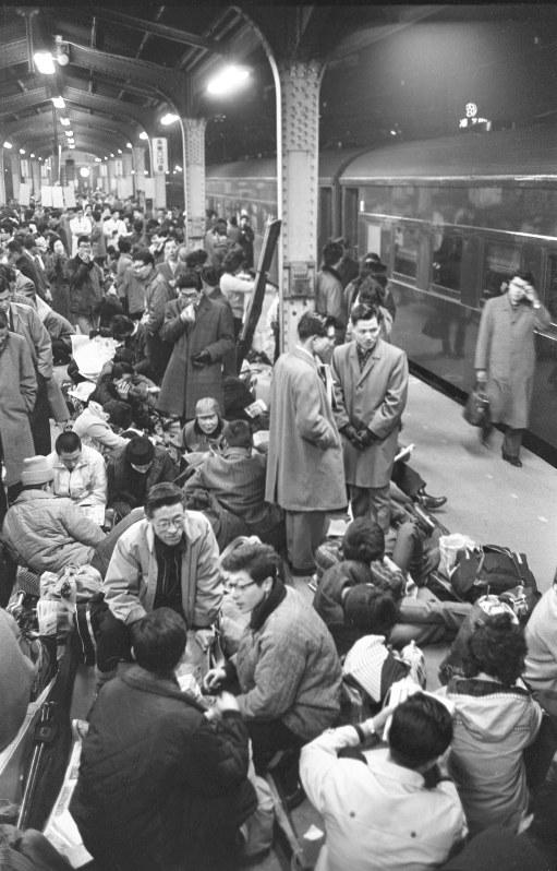 たくさんの人でにぎわう上野駅=東京五輪が開催された1964年撮影