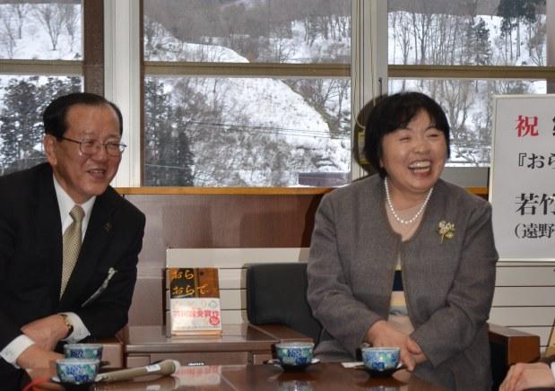 出身地である岩手県遠野市の市役所を表敬訪問した若竹千佐子さん(右)=2018年2月27日、鹿糠亜裕美撮影