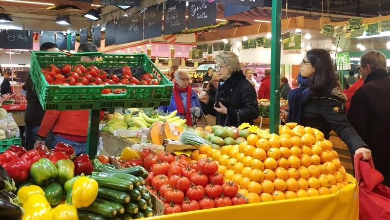 パリ市内のマルシェ(市場)。新鮮な食材を求めて多くの市民が集まる=竹内真里撮影