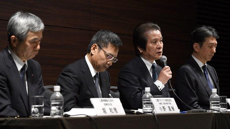 三菱マテリアルの記者会見。左が三菱伸銅の堀和雅社長=2017年12月28日、丸山博撮影