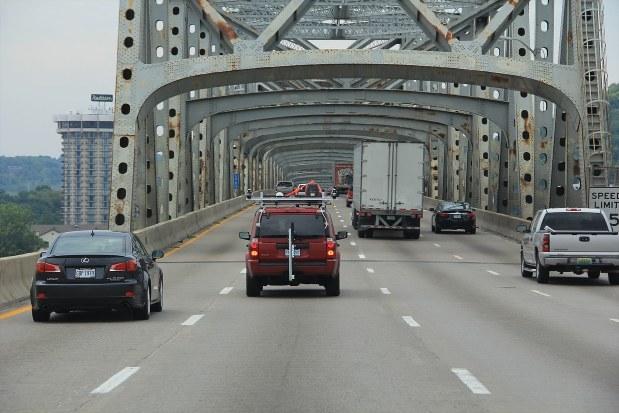 NEXCO西日本が米国で行う道路検査の様子。車に積んだカメラで強度を調べる=NEXCO-West USA提供