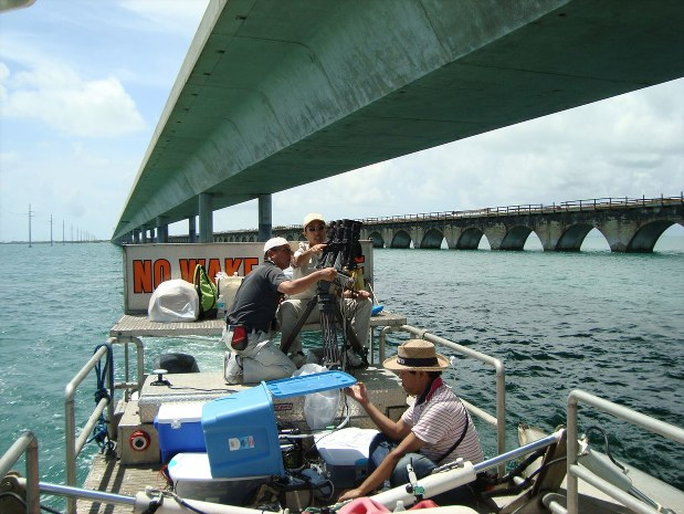 NEXCO西日本が米国で行う道路検査の様子。道路橋下から検査することもある=NEXCO-West USA提供