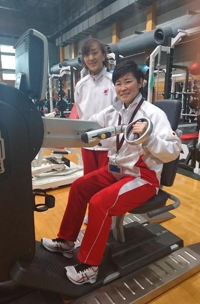 JISSでトレーニングの指導にあたる大石さん(手前)と前田さん