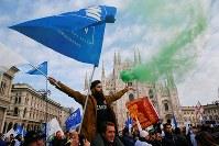 集会で気勢を上げる右派政党「同盟」の支持者ら=ミラノで2月24日、ロイター