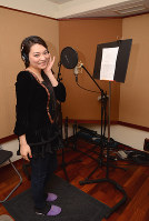 東京都内のスタジオでレコーディングするナツキさん=中嶋真希撮影