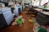 書類などが散乱したままになっている大熊町立大野小学の職員室=福島県大熊町の同校で2018年3月2日午前11時40分、喜屋武真之介撮影