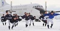 二人一組になり、飛行機の形をする補強運動に汗を流す日本航空の選手たち=石川県輪島市で2018年1月28日、山崎一輝撮影