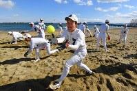 琵琶湖のほとりの砂浜で捕球練習する膳所の選手たち=大津市で2018年2月4日、猪飼健史撮影