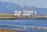 琵琶湖のほとりの砂浜でランニングする膳所の選手たち=大津市で2018年2月4日、猪飼健史撮影