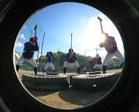 トレーニングで約4キロのハンマーでタイヤをたたく松山聖陵の選手たち=松山市で2018年1月27日、貝塚太一撮影