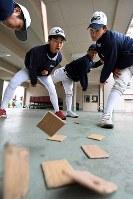理想のフォームを追求し、めんこを使ってトレーニングする乙訓の投手陣=京都府長岡京市で2018年2月10日、小松雄介撮影