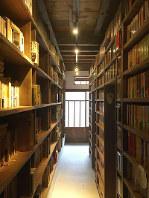 佐々木修吾さんが金沢市内の町家で運営する「夜の図書館べーる」=佐々木さん提供