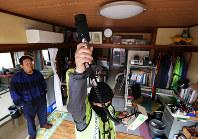市民団体「ふくいち周辺環境放射線モニタリングプロジェクト」のメンバーが菅野秀一さん(左・77歳)の自宅内の空間放射線量を測定する=福島県南相馬市で2018年1月15日、小出洋平撮影