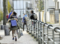 ランドセルを背負って通学する小学生たち=東京都内で、塩田彩撮影