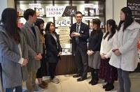 丸善名古屋本店の特設コーナーの前で話す坂本恭亮店長(右から4人目)と学生記者たち=名古屋市中区栄で