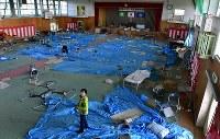 ドローンで撮影される町立富岡第二中の体育館。内部は震災当日の卒業式と、その後に避難所として使われた跡がそのまま残る=福島県富岡町で2018年3月2日、竹内紀臣撮影