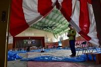 ドローンを使って撮影される町立富岡第二中学校の体育館。東日本大震災からまもなく7年を迎えるが、内部は震災当日の午前中に行われた卒業式の様子と、その夜、周辺住民が避難所として使った跡がそのまま残る=福島県富岡町で2018年3月2日午前8時43分、竹内紀臣撮影