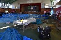 町立富岡第二中学校の体育館。東日本大震災からまもなく7年を迎えるが、内部は震災当日の午前中に行われた卒業式の様子と、その夜、周辺住民が避難所として使った跡がそのまま残る=福島県富岡町で2018年3月2日午前8時1分、竹内紀臣撮影