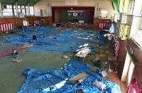 町立富岡第二中学校の体育館。東日本大震災からまもなく7年を迎えるが、内部は震災当日の午前中に行われた卒業式の様子と、その夜、周辺住民が避難所として使った跡がそのまま残る=福島県富岡町で2018年3月2日午前8時24分、竹内紀臣撮影